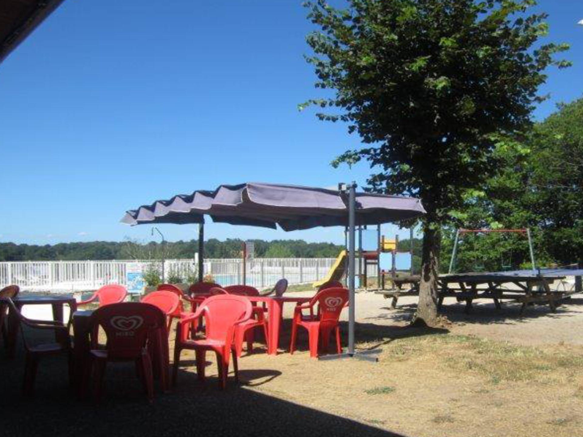 Terrasse devant piscine le camping du lac de bournazel for Camping lac du bourget piscine